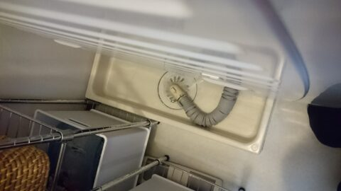 排水が逆流している洗濯機板の写真