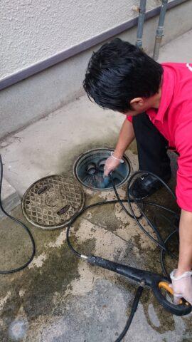 高圧洗浄機で配管の洗浄をおこなっている風景写真