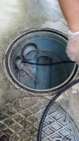 高圧洗浄機で配管の洗浄を行っている写真 アップ
